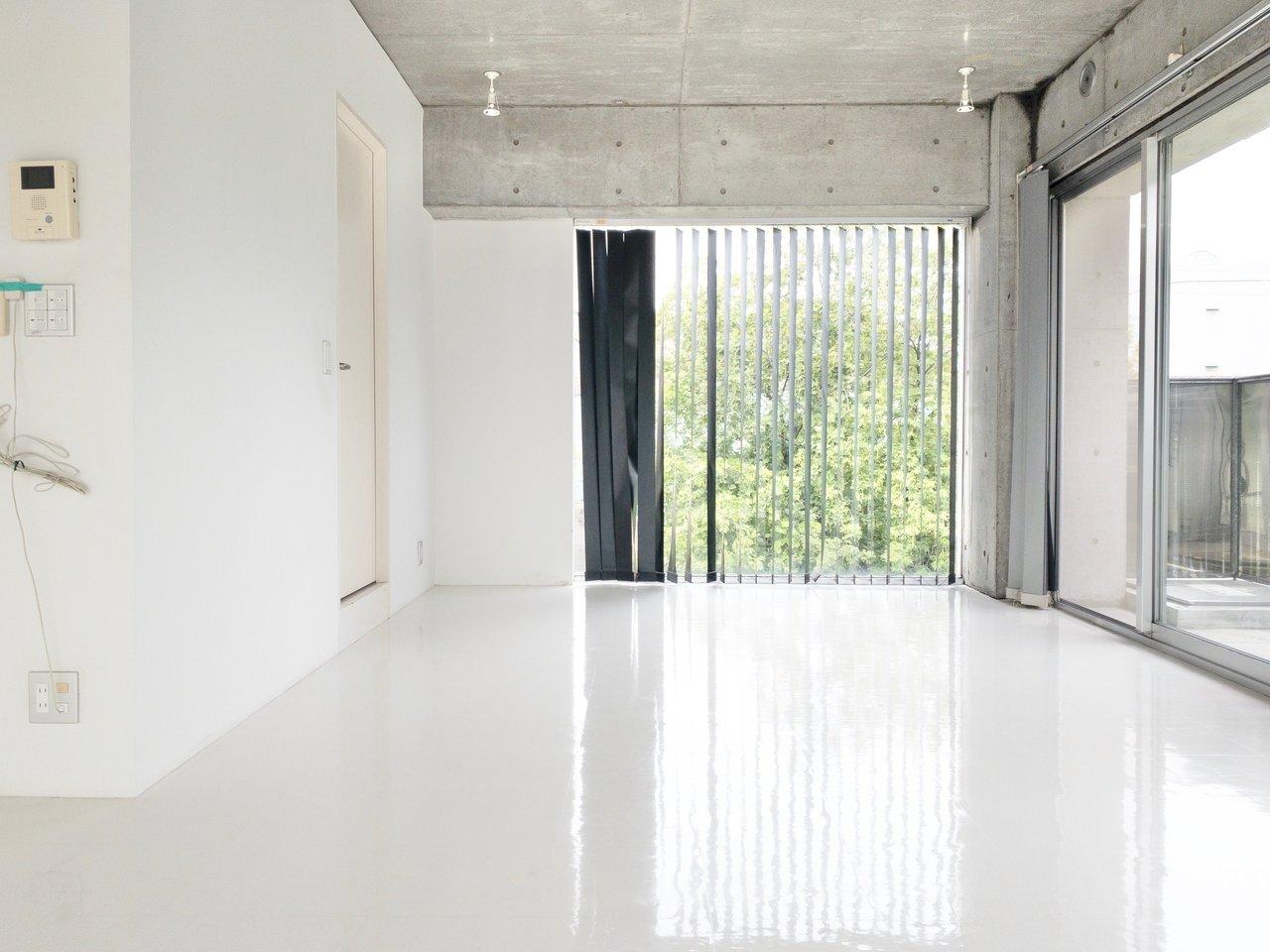 窓から見える景色がくっきり映るほど、綺麗な白い床。