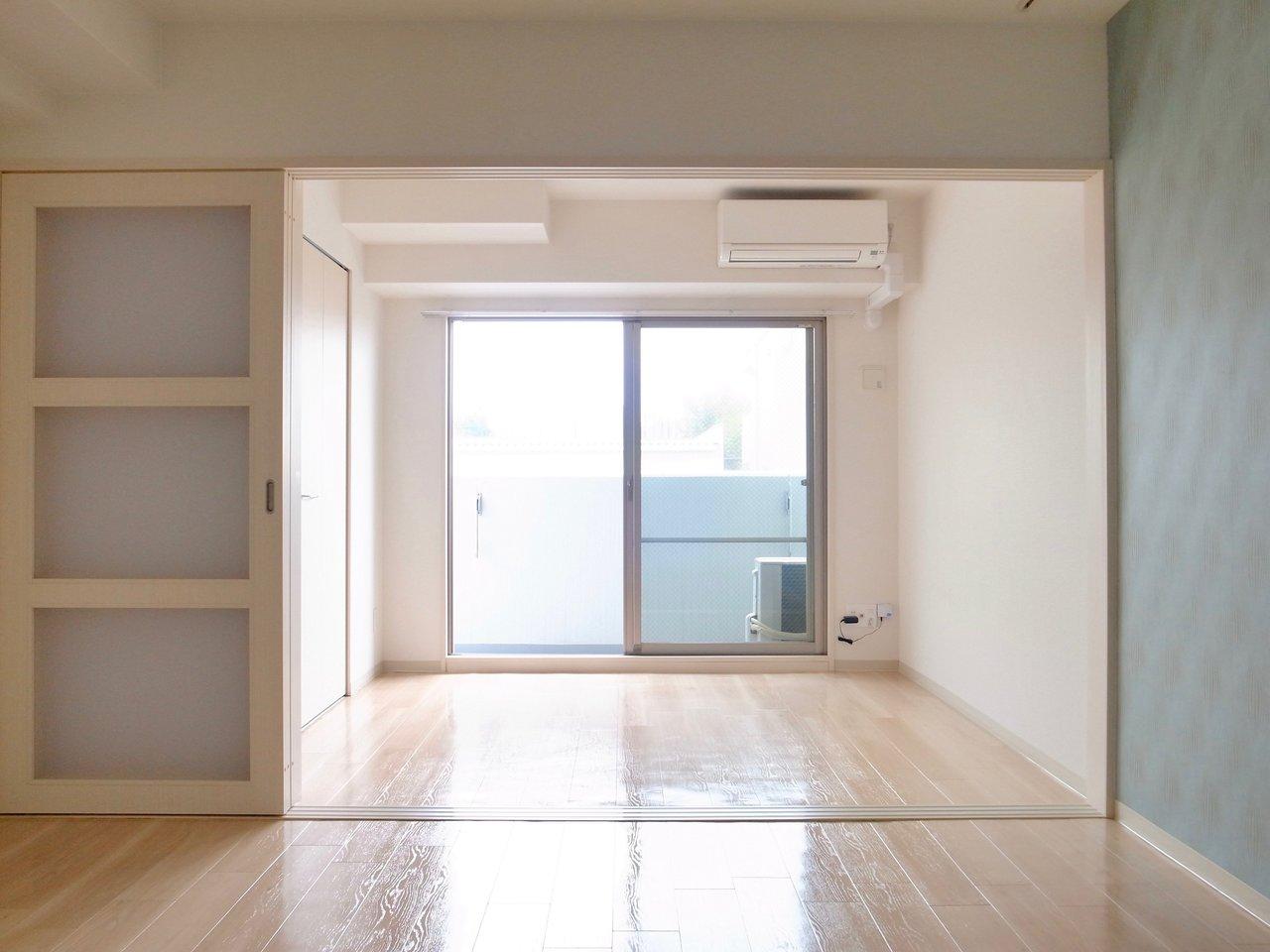 LDKと洋室は縦にこうしてつながっているので、引き戸を開ければ約13畳の広さになり、とっても快適!友人が遊びに来た時にだけ閉める、など臨機応変に使いましょう。
