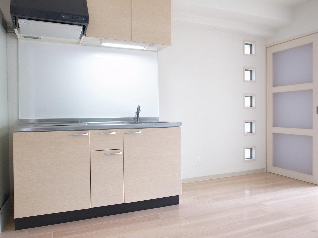 キッチンも、ふんわりとした色味のピンクで優しい印象に。収納スペースもあって、なかなか快適なキッチンになりそうです。