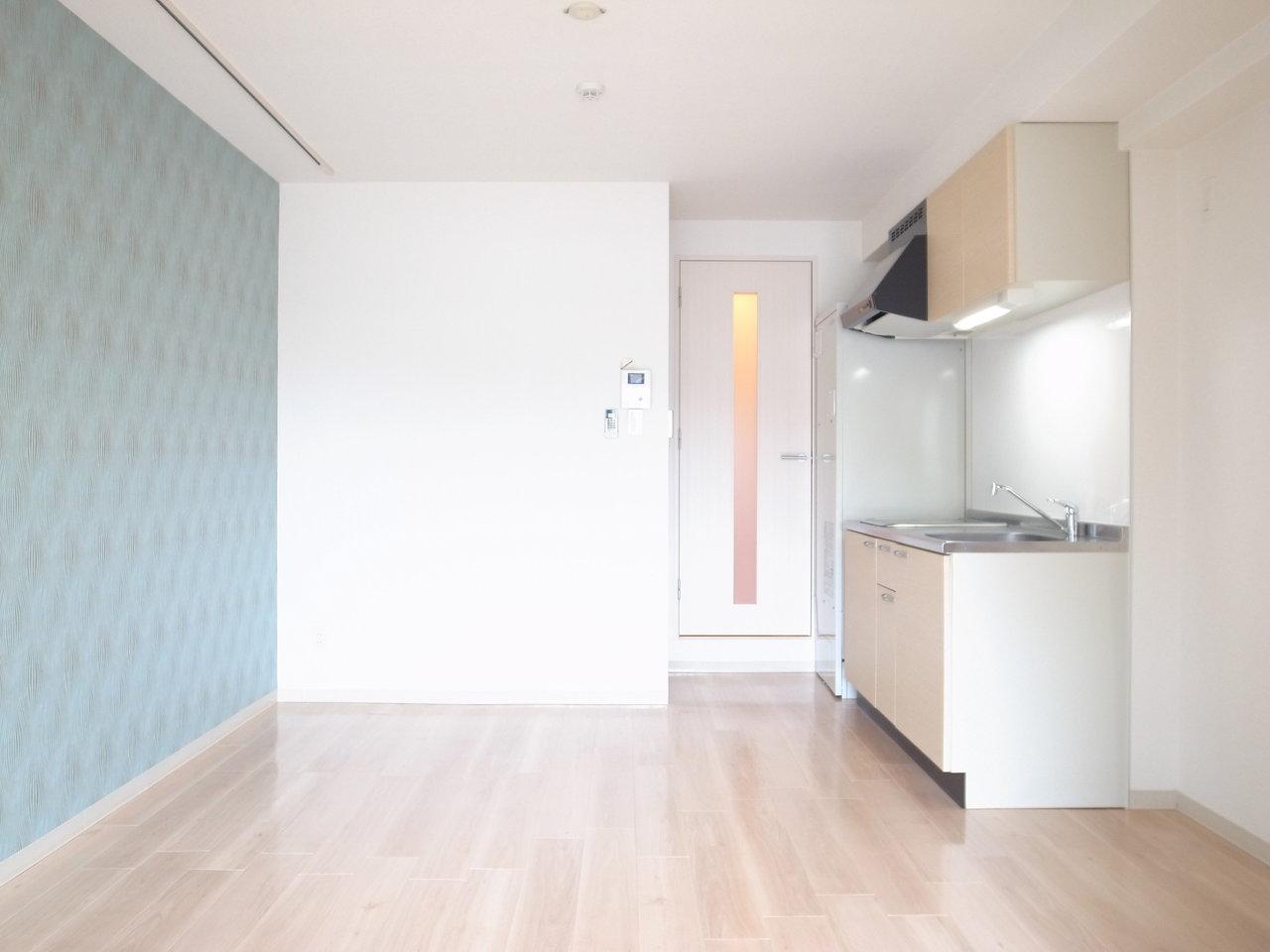 8.6畳リビングと4.1畳の洋室がついた、1LDKタイプのお部屋。模様の入ったブルーの壁紙が綺麗で、落ち着いた印象も与えてくれます。