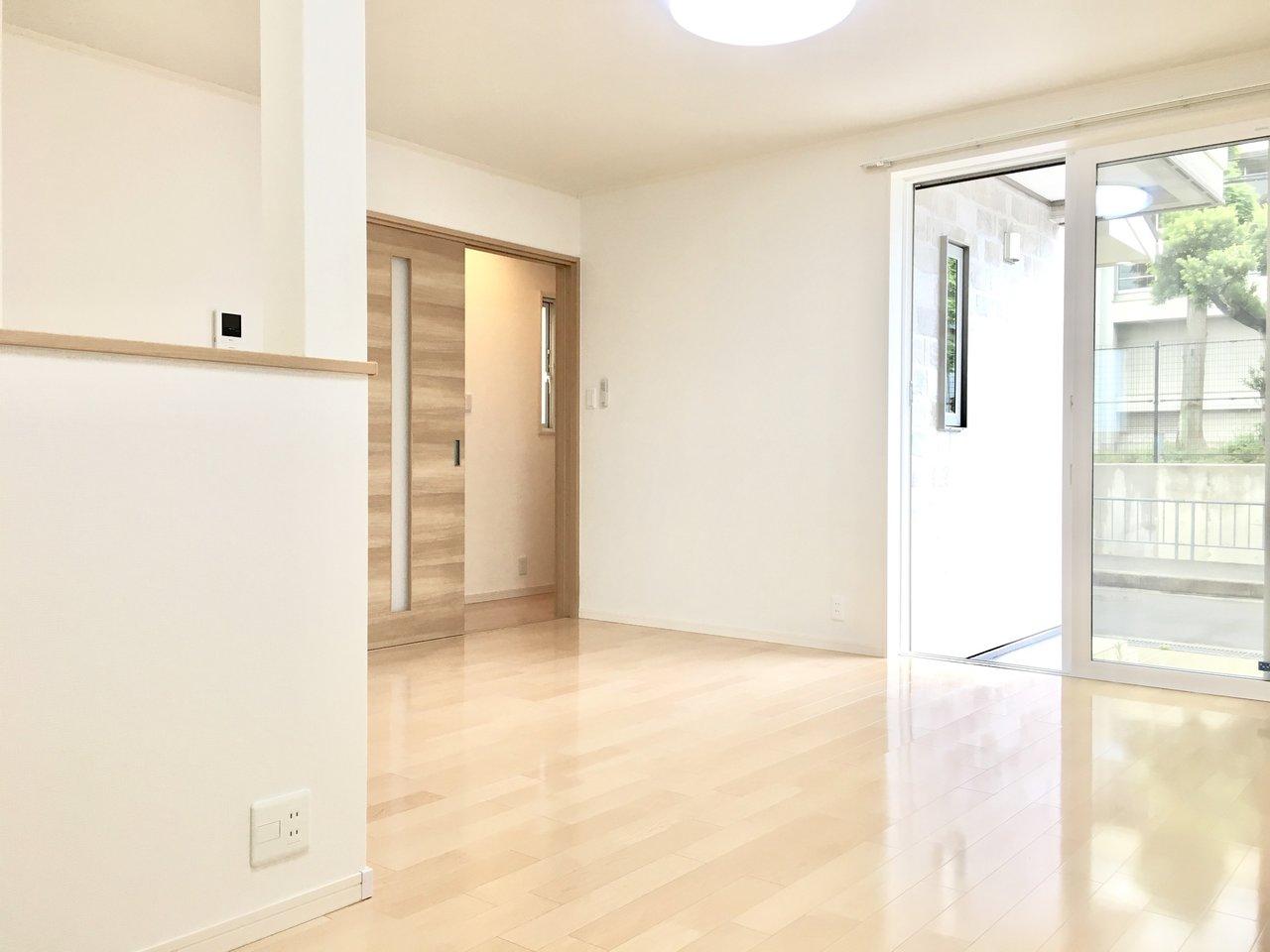 お部屋全体が明るいのが気持ちいいですね。ナチュラルなテイストの家具で揃えてみたらいいかも。