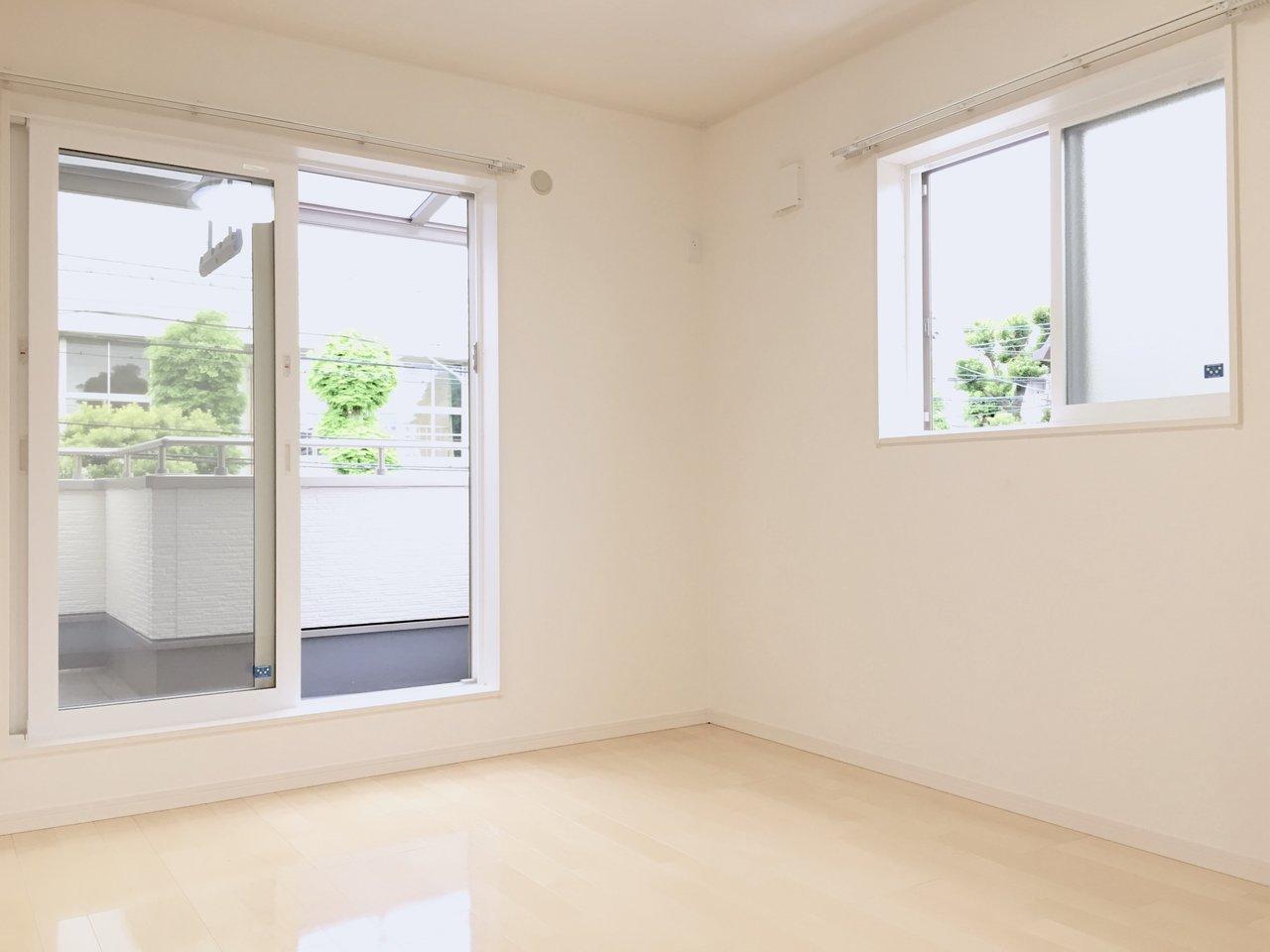 2階は洋室が3部屋あって、なんとどこの部屋も2面採光!一つは親の寝室、もう2部屋は子ども部屋、ですかね。