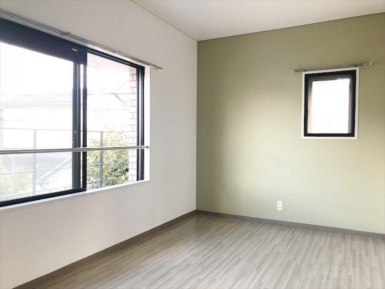 2階の洋室。このおうち、それぞれのお部屋に様々な色を使ったアクセントクロスが使われているんです。