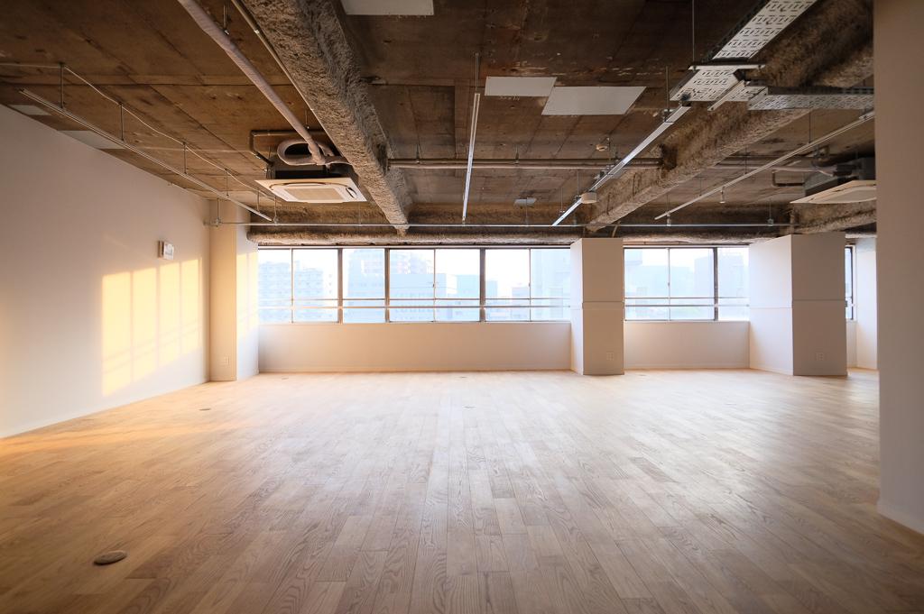 フロア貸しプランでは、陽の光が気持ちいい場所をご用意しました。無垢床のフローリングだから、どんなインテリアにもマッチしそう。