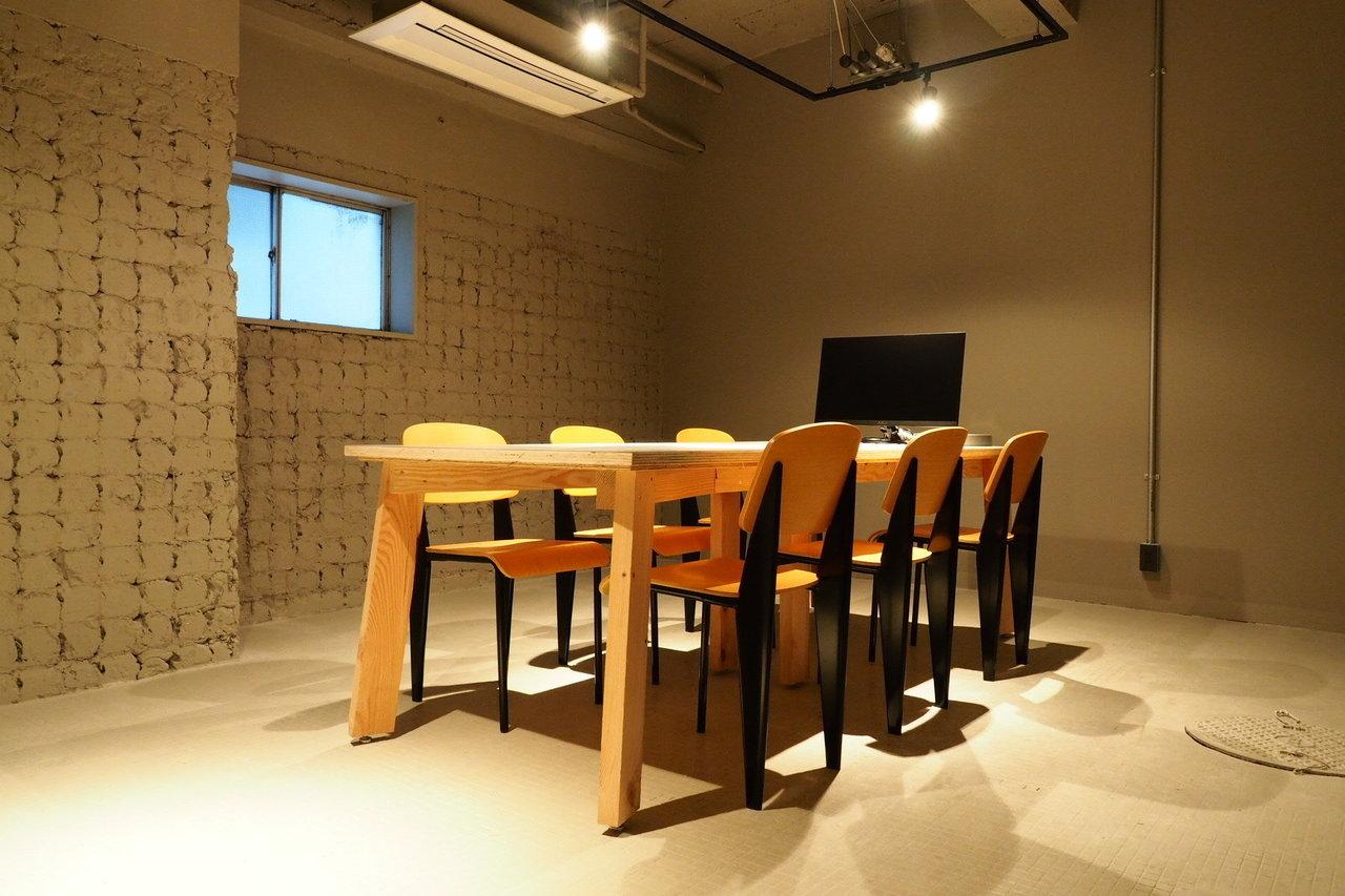 最近は当たり前になりつつあるウェブミーティングも、会議室だと雑音がなくスムーズです。会議室は24時間利用できるので、朝早い商談にも、夜の急な予定にも対応可能なのもポイント。