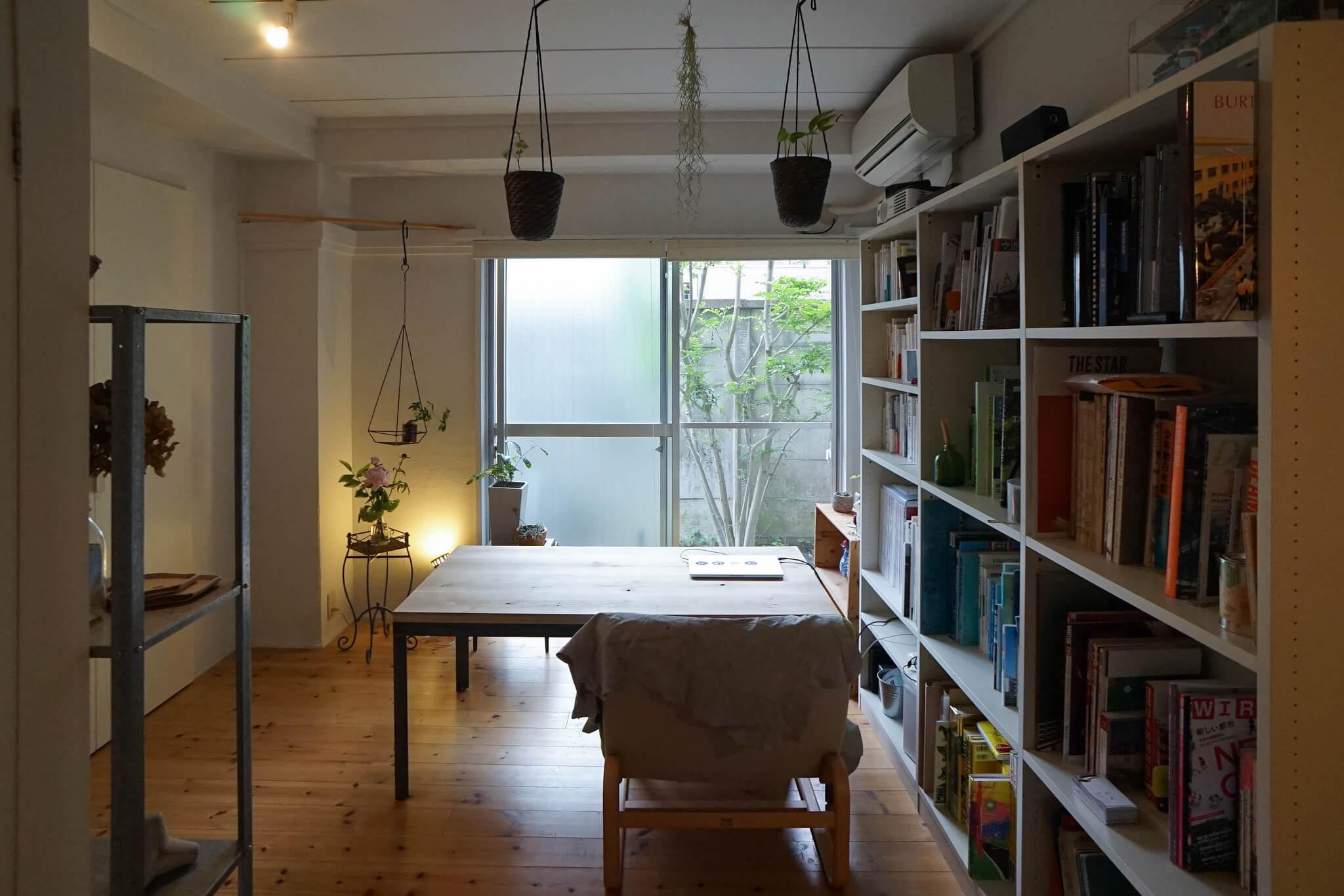 これはまだ、シェアハウスで暮らす前、一人暮らしをしていた頃の部屋。本や雑貨など、「人より荷物多め」だと自覚しています。