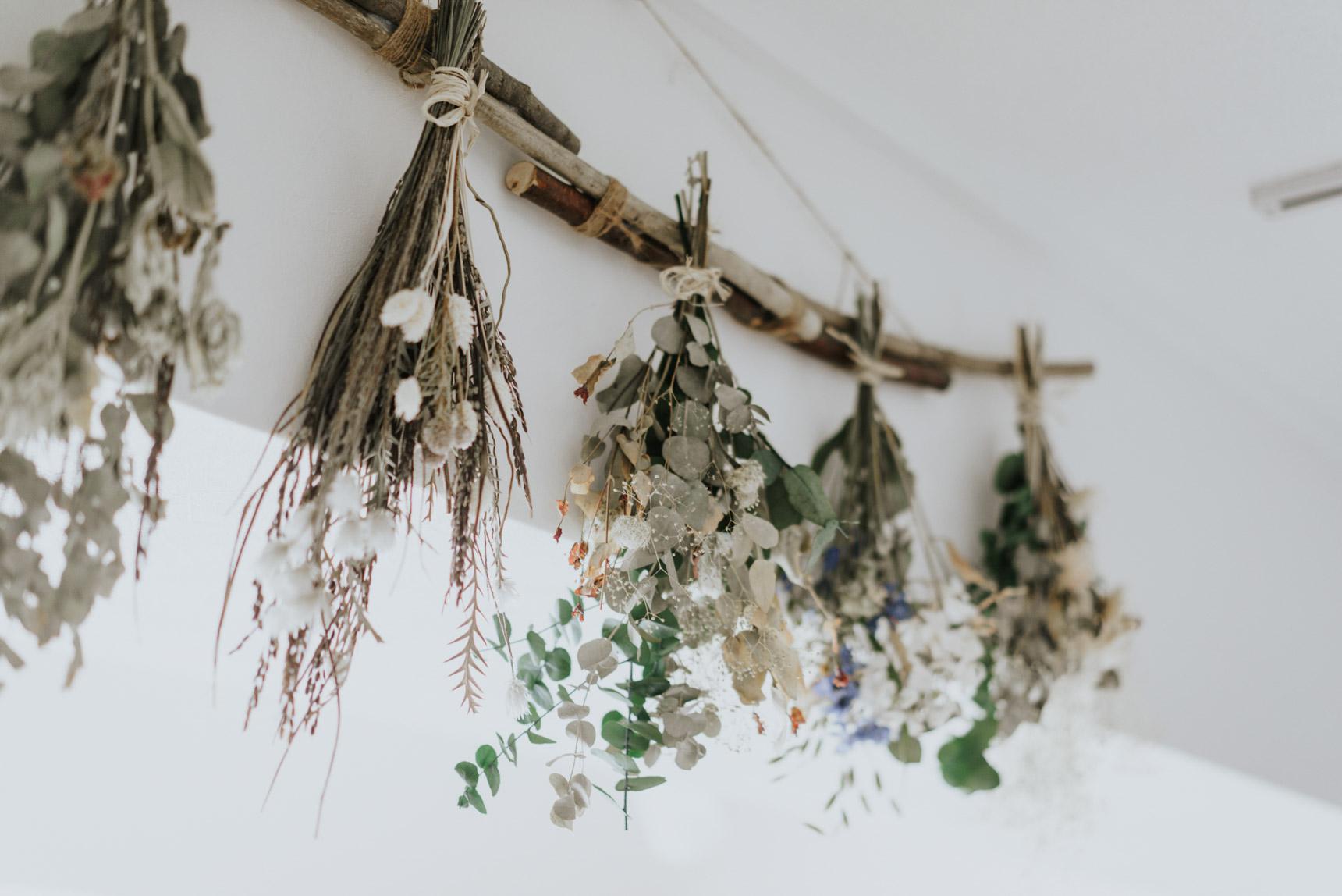 ドライフラワーは、生のお花を吊るしておくだけで、どなたでも試すことができます。風通しが良く、直射日光などの強い光が当たらないところに干していただくのが良いでしょう。(この画像の詳細はこちら)