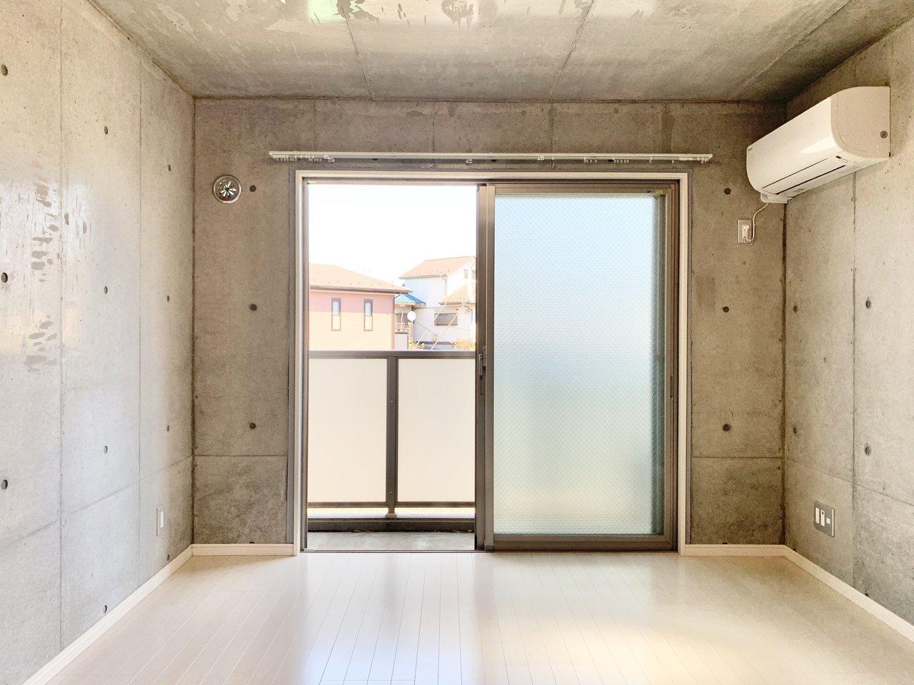 そんな阿佐ヶ谷駅から徒歩6分。6.1畳の1Kタイプのお部屋です。コンクリート打ちっぱなしのデザインで、クールにかっこよく暮らせそう。
