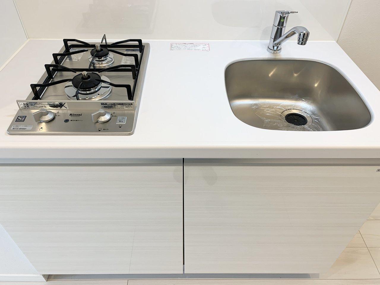 キッチンはコンパクトながらも、2口ガスコンロで料理はしやすそう。下段に収納スペースもついています。