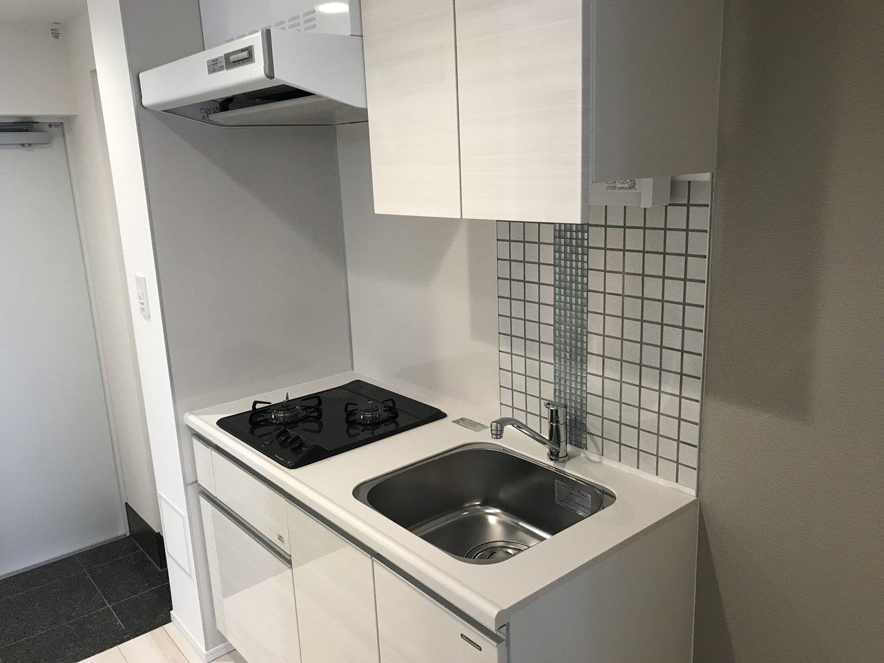 キッチンや独立洗面台には、壁にかわいいタイルが貼られています。こういうさりげないおしゃれが、意外と心くすぐられたりするんですよね。