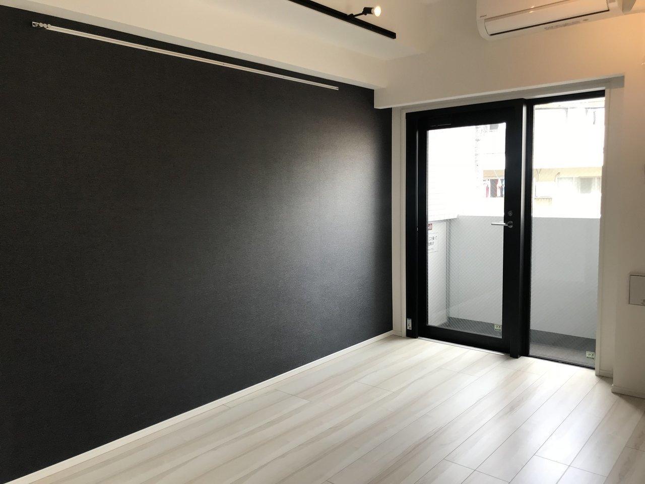 ご紹介する物件は駅から徒歩4分のところにありました。壁一面が漆黒で引き締められた、モノトーンがベースの1Kのデザイナーズ物件です。