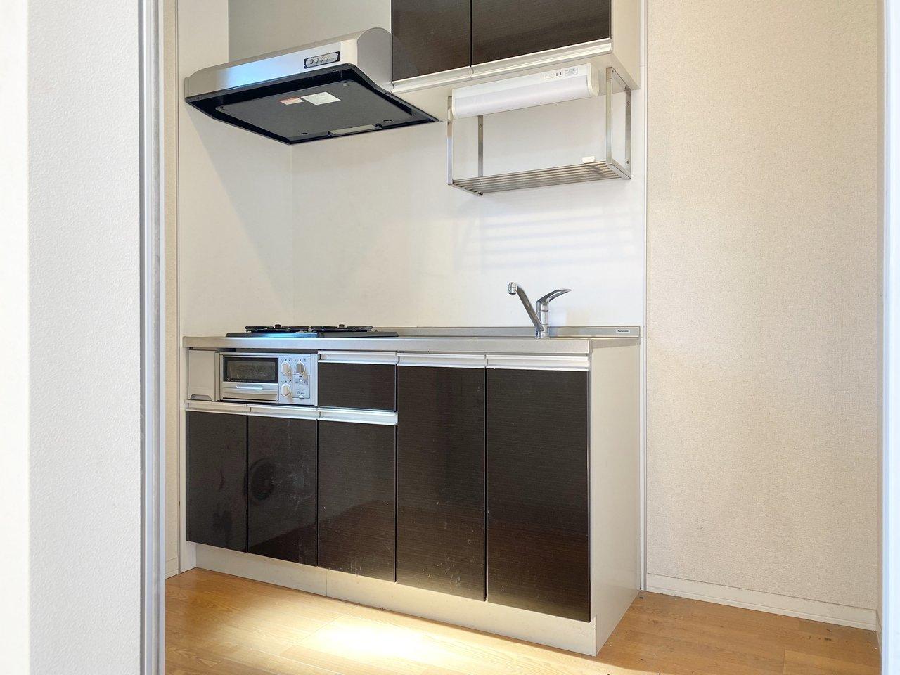 キッチンは洋室からスライドドアで仕切られた一つの空間にあります。匂いが出る料理をするときは、この扉でシャットアウトしてしまえば、部屋の中に充満しなくてよさそうです。
