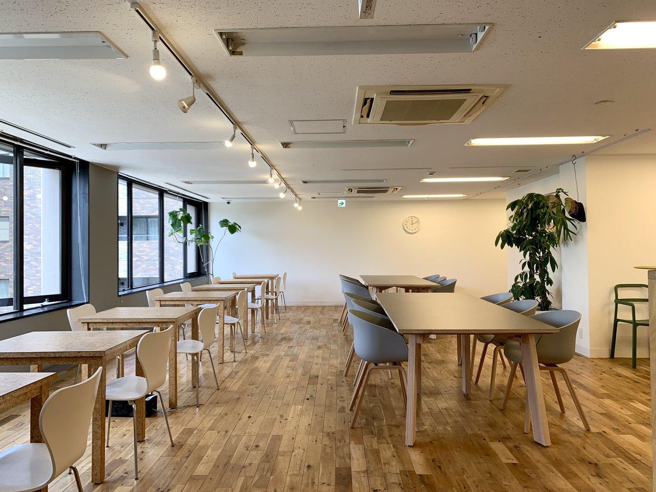 6月にオープンしたばかりの新拠点。渋谷中心部の中でも緑が多く、落ち着いた雰囲気の渋谷3丁目エリアにあります。シンプルながら自然素材にこだわった、「働き心地」にこだわった空間です。