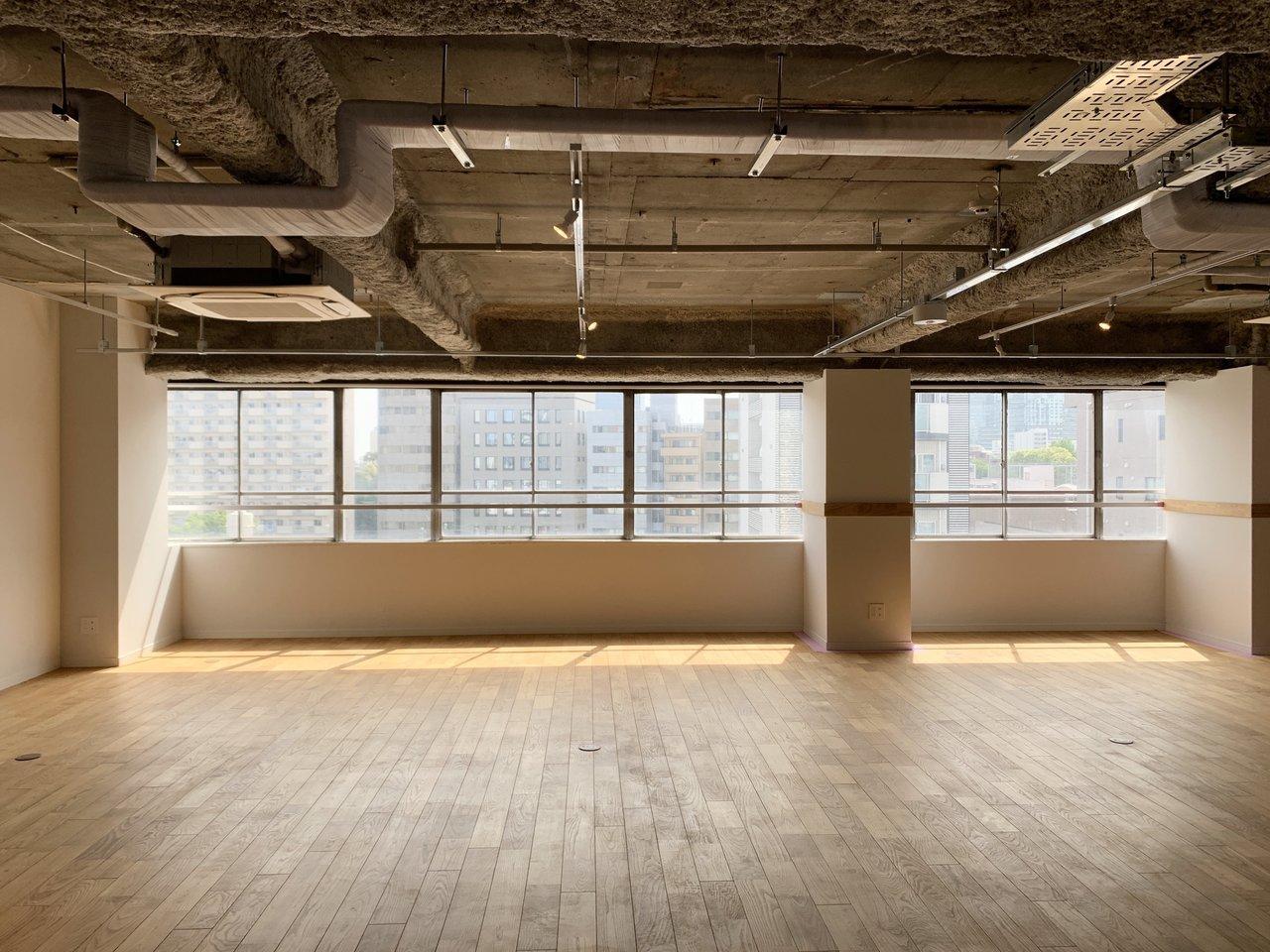 各階は無垢の床材を使った、シンプルながら心地よい空間。約75坪の1フロア貸しで70~90名ほどの人数でご利用いただけます。