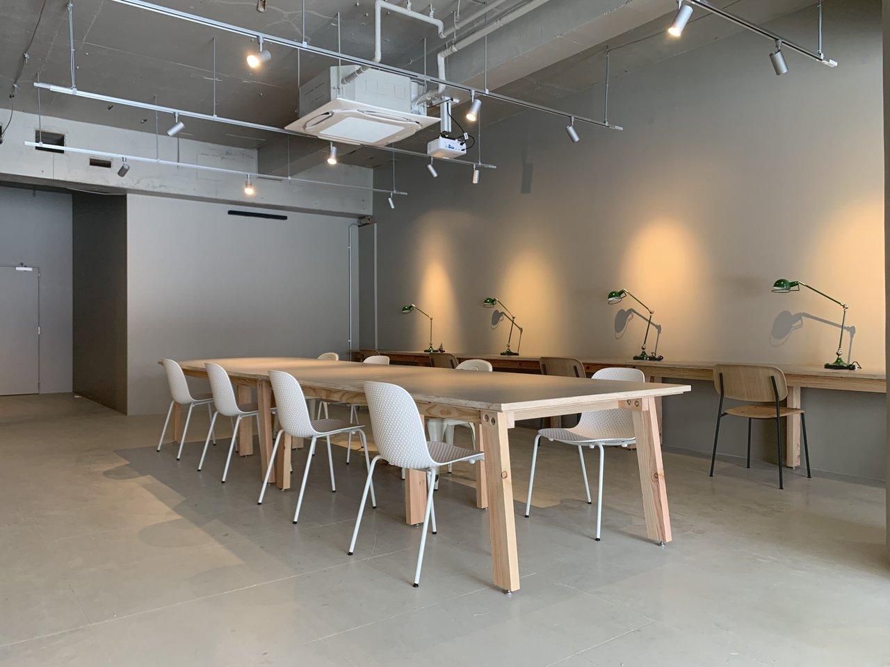 品川駅から徒歩でのアクセスが可能な好立地ながら、ビル前にはローカルな商店街が広がる心地よい周辺環境。会員専用のコワーキングラウンジ、地下にも共用の会議室があります。