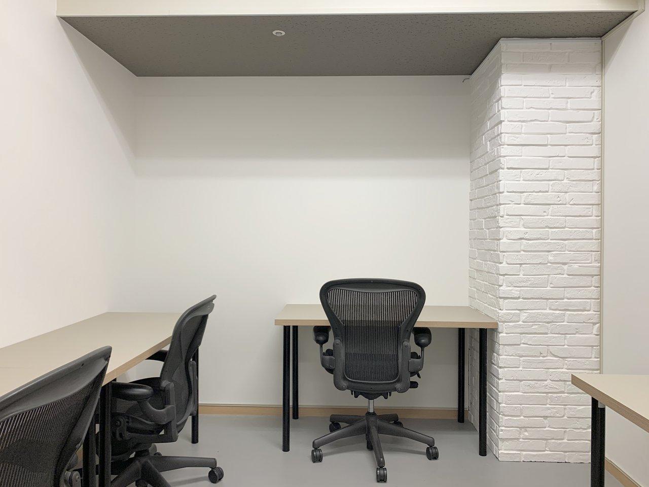 コワーキングラウンジの他には、2名~20名までの人数で利用できる個室オフィスも。デスク、椅子、キャビネットがセットアップされており、光回線のWiFiが使用可能なので、初期費用を抑えられるのが嬉しいポイントです。