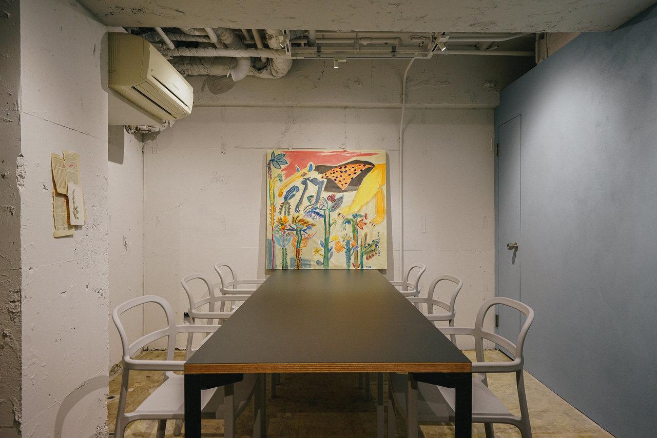 ラウンジの奥には会員専用の会議室も完備。突然の会議や、ウェブミーティングが入ってしまっても、30分単位で利用することが可能です。