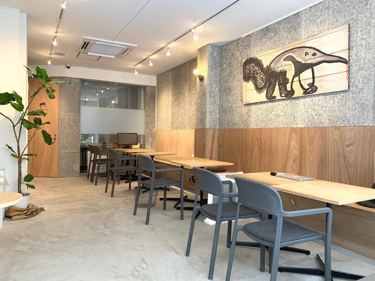 大阪のオフィス街に位置するオフィス。1階はコワーキングラウンジになっているので、大阪への出張時などにも利用できて便利です。周辺はワンコインランチや立ち飲み屋さんが多く連なり、アフターワークも充実しそうです。