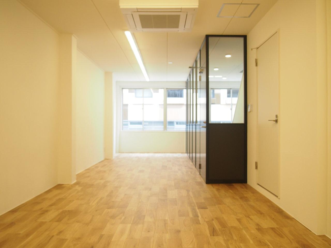 こちらは1社につき1フロア利用のオフィス。約50㎡のワンルームは、贅沢な全面無垢床仕様。各階にはWiFiが設置されているので、引っ越ししたての状態でも支障なく業務を始めることができます。