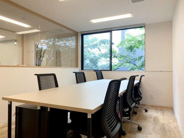 コワーキングラウンジの他に、2名~11名までの多様な広さの個室ブースがあります。突然人数が増えてもブースを移れば大丈夫。会社の成長に合わせてしっかりサポートします。