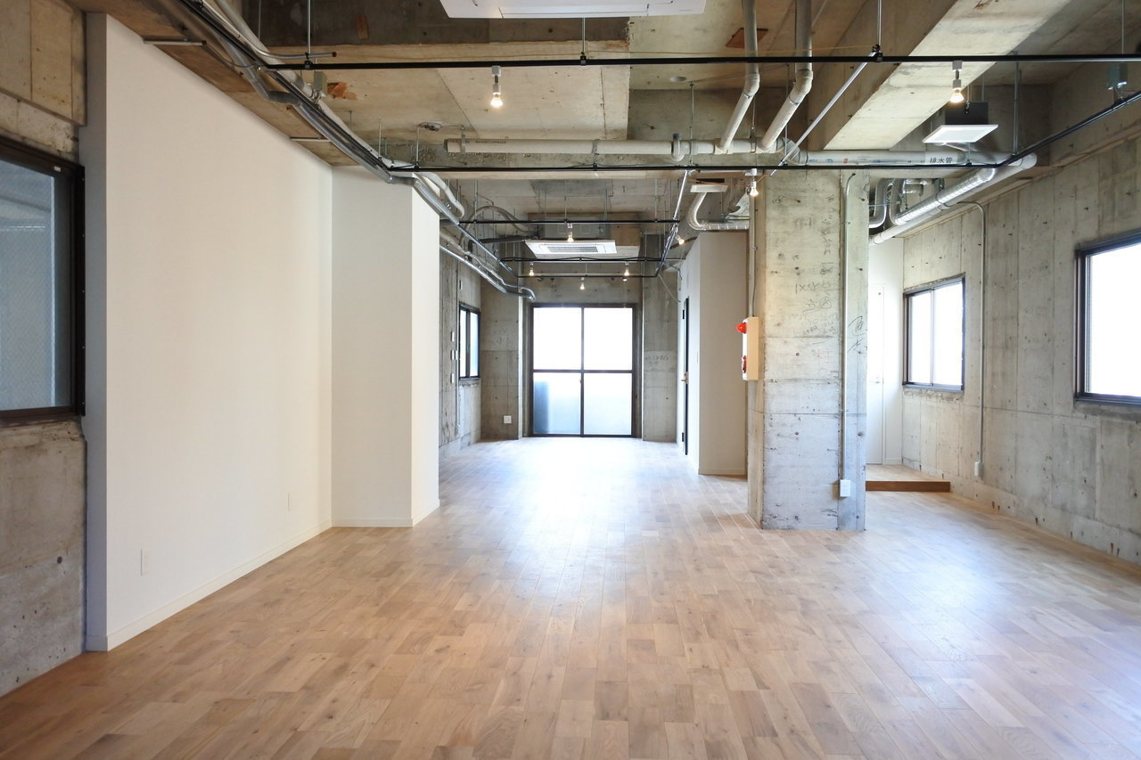 1フロア1社様でお使い頂けるフロア貸しタイプのオフィスも用意しています。壁、床から水回りまで、内装はフルリノベーション済みなので、内装費用がかからないのも嬉しいポイント。