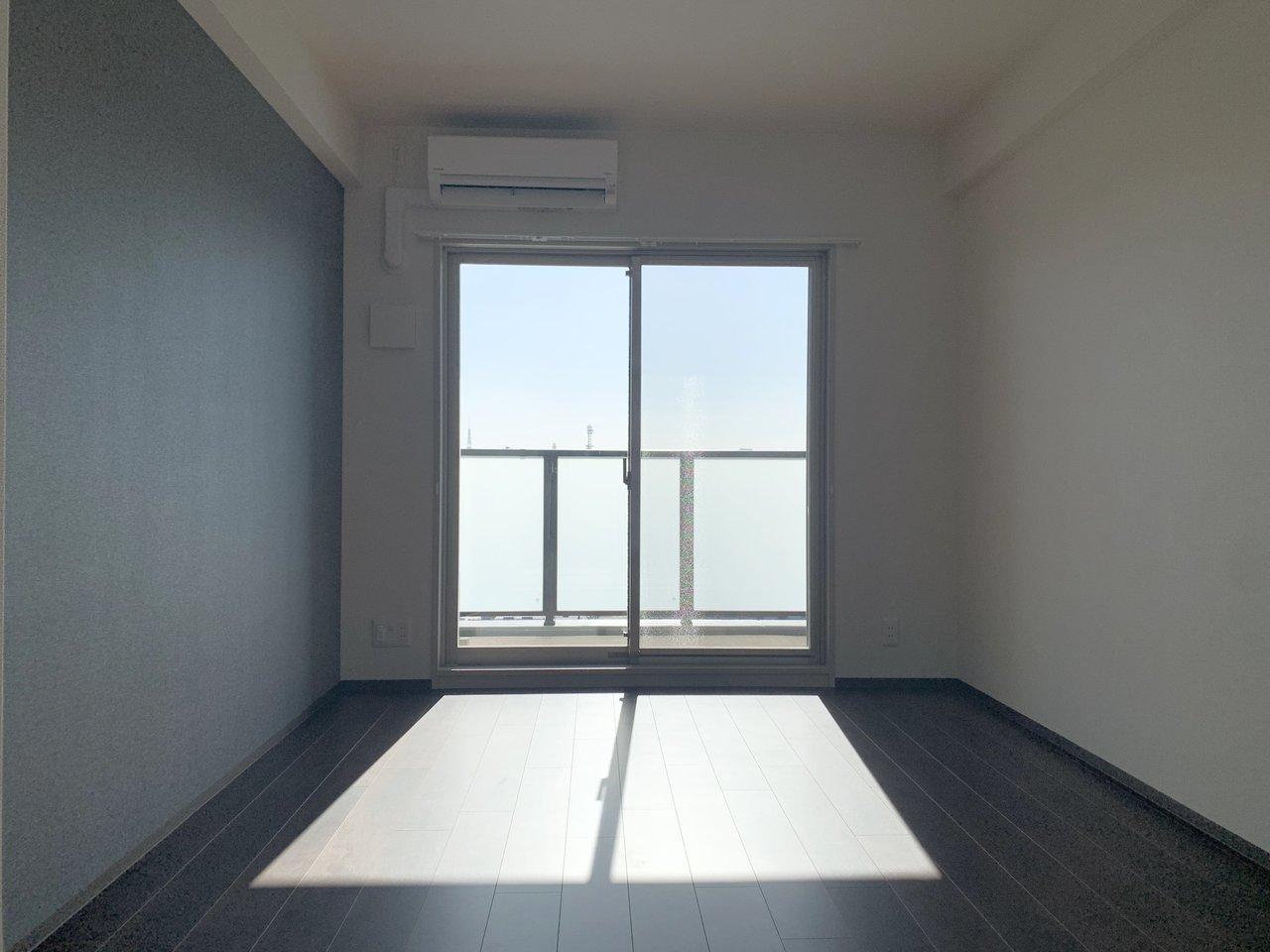 """お部屋はシンプルな1Kタイプ。派手すぎなず、暗すぎない、シックな壁紙もいい感じ。2019年に建てられた築浅物件なので、""""綺麗""""が絶対条件の人にはぜひおすすめしたいお部屋です。"""