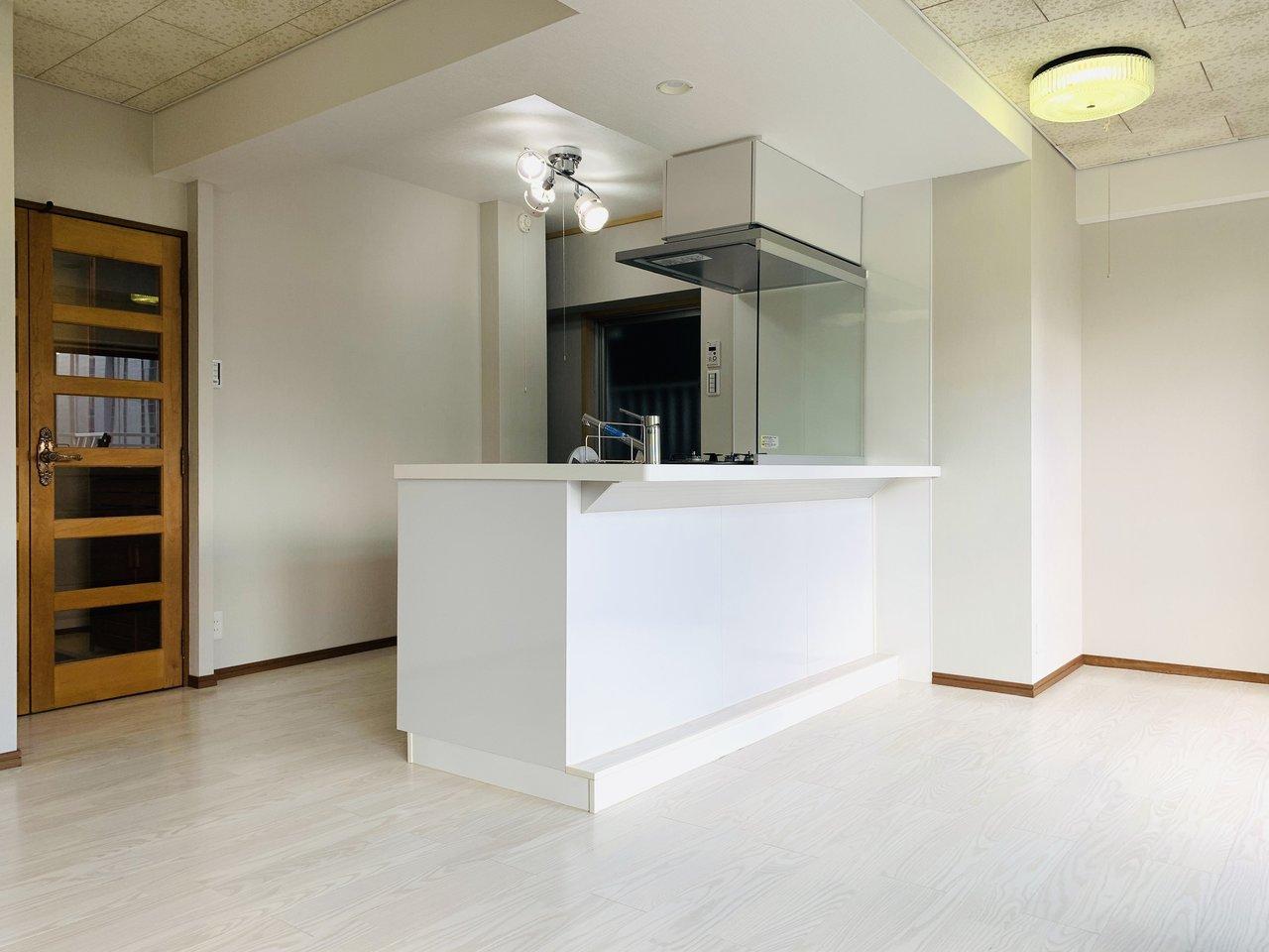お部屋は、というとリビングが15畳もあってとっても広々。窓の外の景色を見ながらカウンターキッチンに立って料理、なんて素敵。