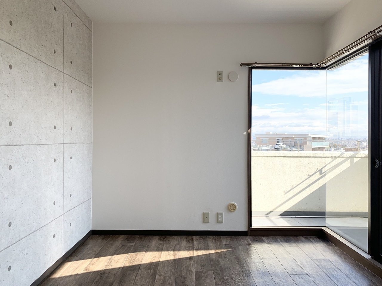 リビングも個室も窓が大きく、明るい光が差し込んできます。どこの部屋にいても、心地よく過ごせそうな、そんなお部屋です。