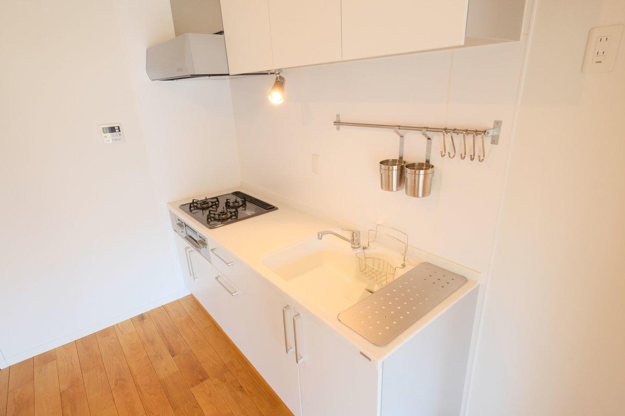キッチンも白を基調としたシンプルデザイン。