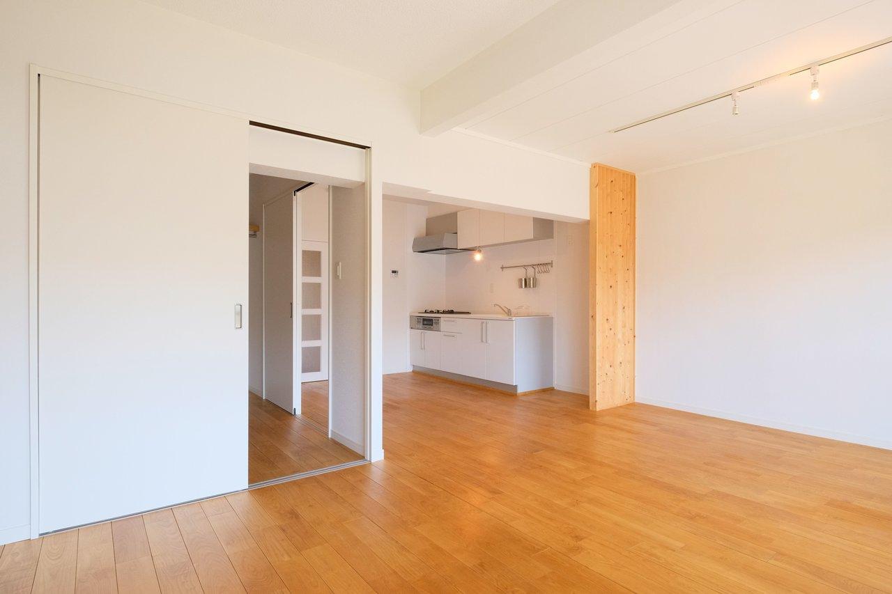お部屋は2LDKになっていて、リビングはL字型で15畳の広々タイプ。キッチンが丸見えにならないよう、パーテーションがついている配慮も生活感がなく、うれしいですね。
