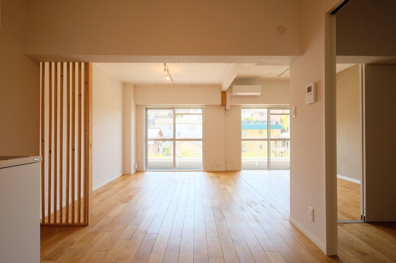 ここからは、goodroomのオリジナルリノベーション「TOMOS」仕様のお部屋のご紹介。床には山栗の天然無垢材フローリングを。この開放感、圧巻ですね。
