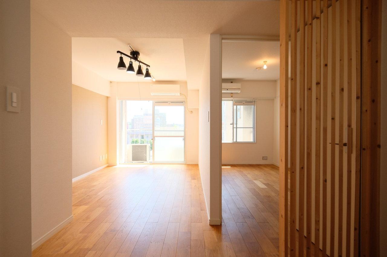 お部屋は1LDK。隣り合わせのリビングと洋室はしっかり壁で仕切られているので、ライフスタイルが異なる2人でも気にせず暮らせそう。