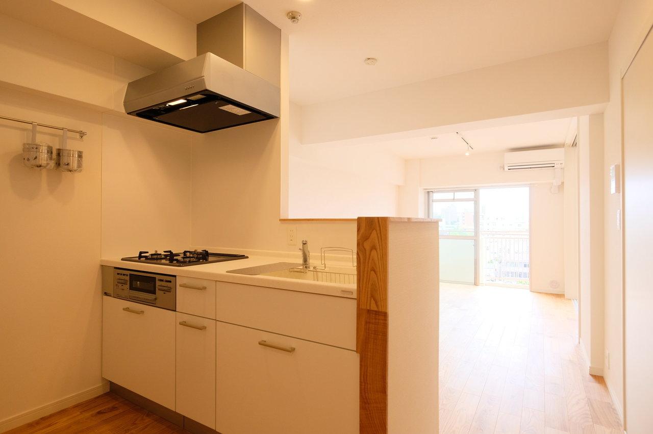 キッチンはカウンタータイプ。窓の外の景色を見ながら、家族の笑顔を見ながら。心にゆとりのある生活が送れそう。