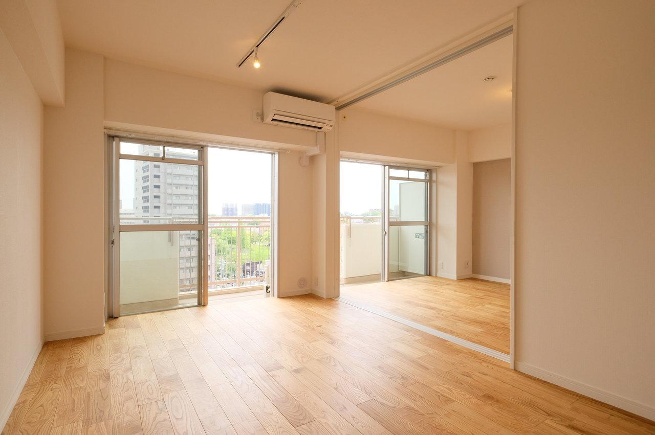 お部屋は12畳のリビングと、6畳と4.5畳の洋室がある2LDKタイプ。リビングと隣り合わせの洋室の引き戸を開ければ、もっと広々としたスペースになりますよ。