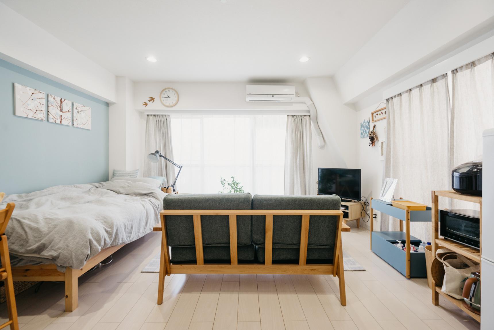 定期的に模様替えをして、インテリアの位置を変えるのも良いでしょう。部屋の広さ的に難しい場合は、ソファやベッド、テレビ台などは足つきのものにして風通しを良くすることもおすすめです。(このお部屋はこちら)[/caption]