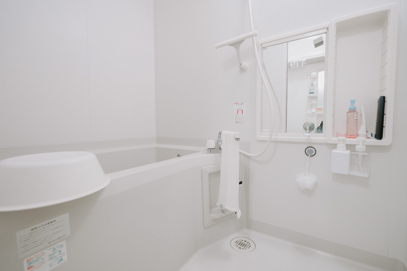 お風呂に入った後に、冷たい水を風呂場全体にシャワーでかけるのも効果的です。湿気が溜まった後にできるカビは、あたたかい温度が大好き。水をかけて温度を下げ、カビが生えにくい環境を作ることも大切です。(このお部屋はこちら)[/caption]