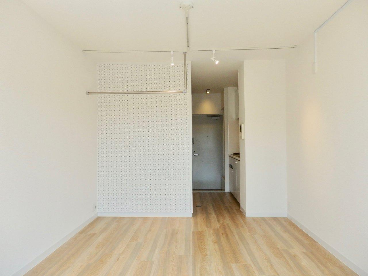 お部屋はというと、6.7畳のワンルームでシンプルな造り。このくらいの方がインテリアの配置も考えやすくて良さそうです。