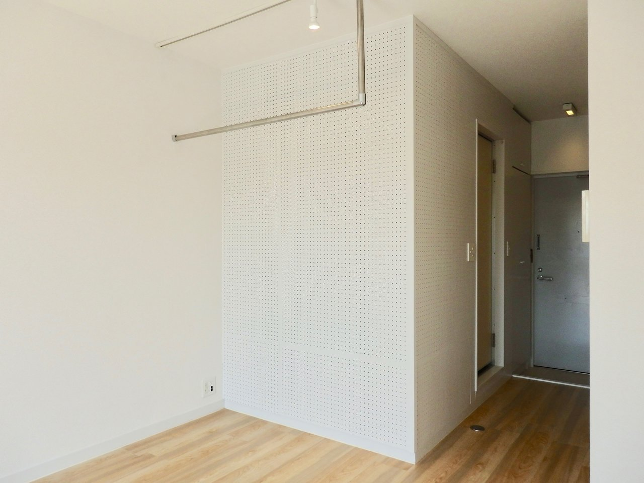 オープン収納になっているスペースは、壁が一面有孔ボードになっています。入れたい物に合わせて、自由自在に棚を作りましょう。