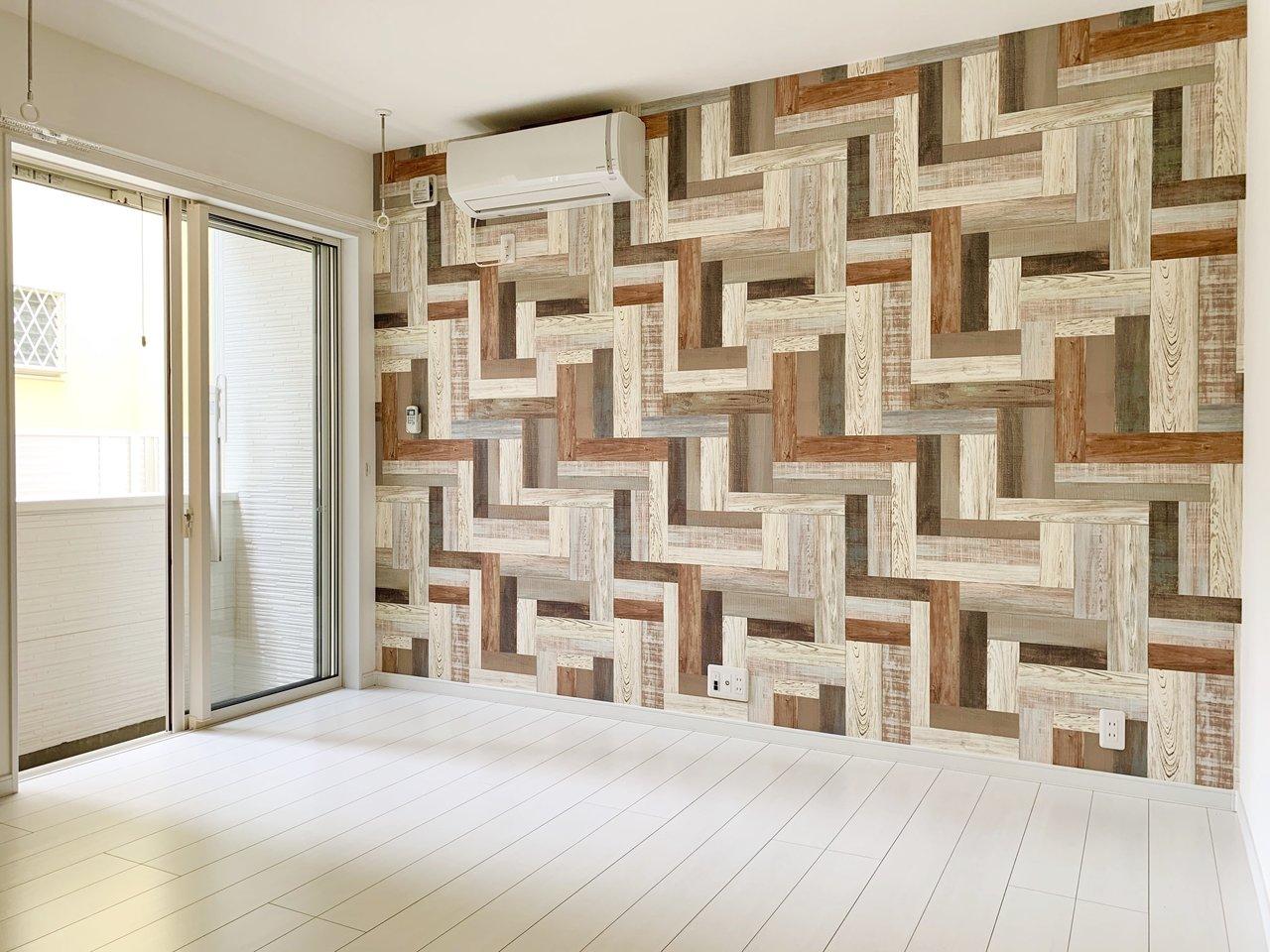 8.44畳のワンルーム。一見に派手に見えるけど、意外とナチュラルな家具とも相性の良い、木の風合いも感じられる壁紙がお出迎え。