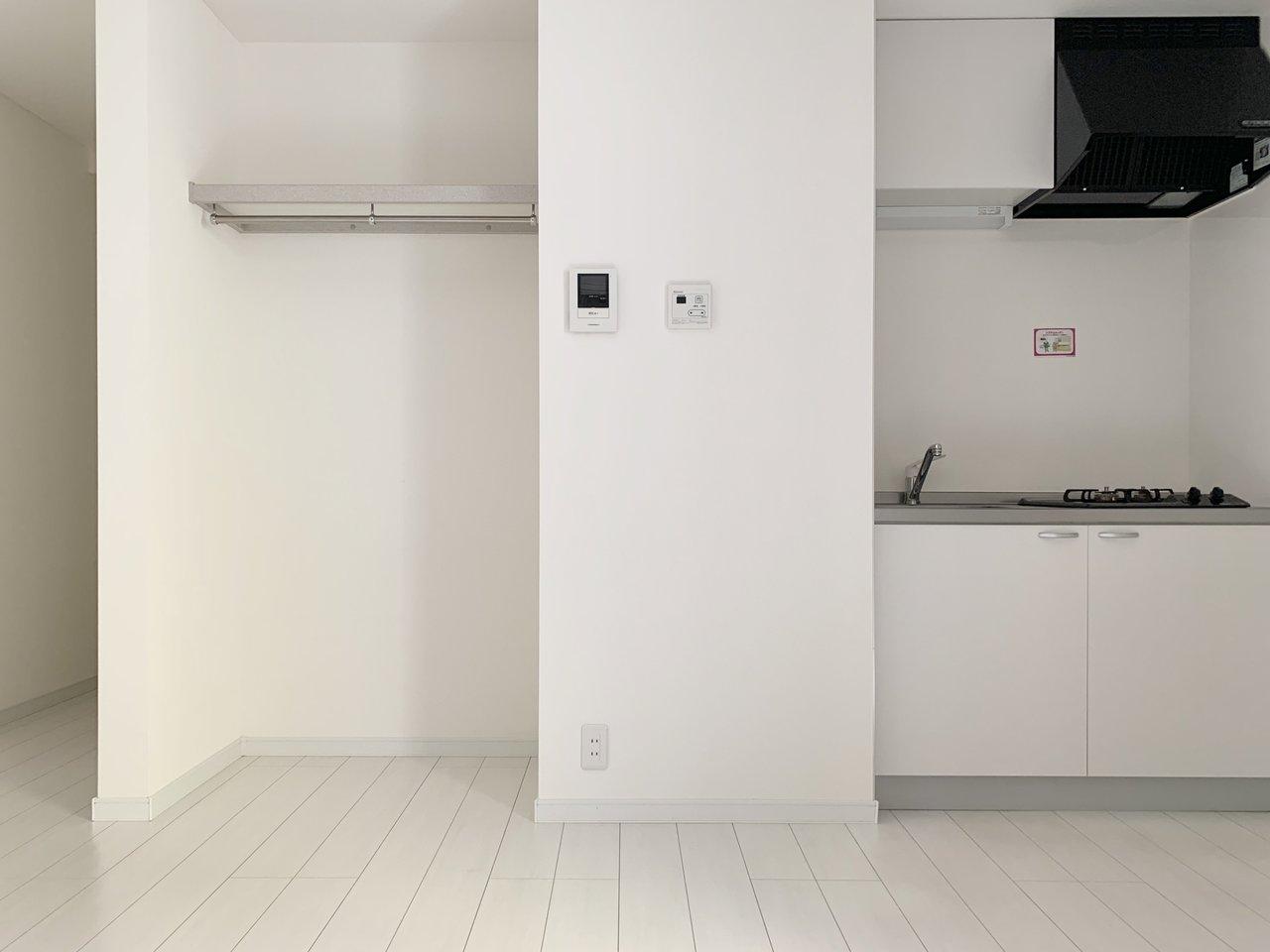 キッチンは2口コンロ付きで、収納はオープンスタイル。気になる方はカーテンなどをつけてもいいかも。