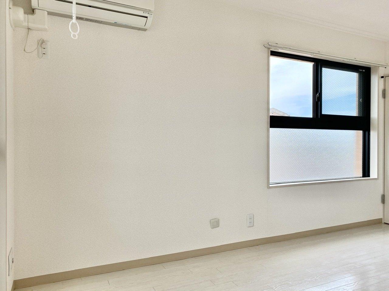 テレワークが可能な会社であれば、室内にワークデスクも置きたいところ。2面採光なので、こちらの窓際にデスクを置いたら、明るさもあり良さそう。