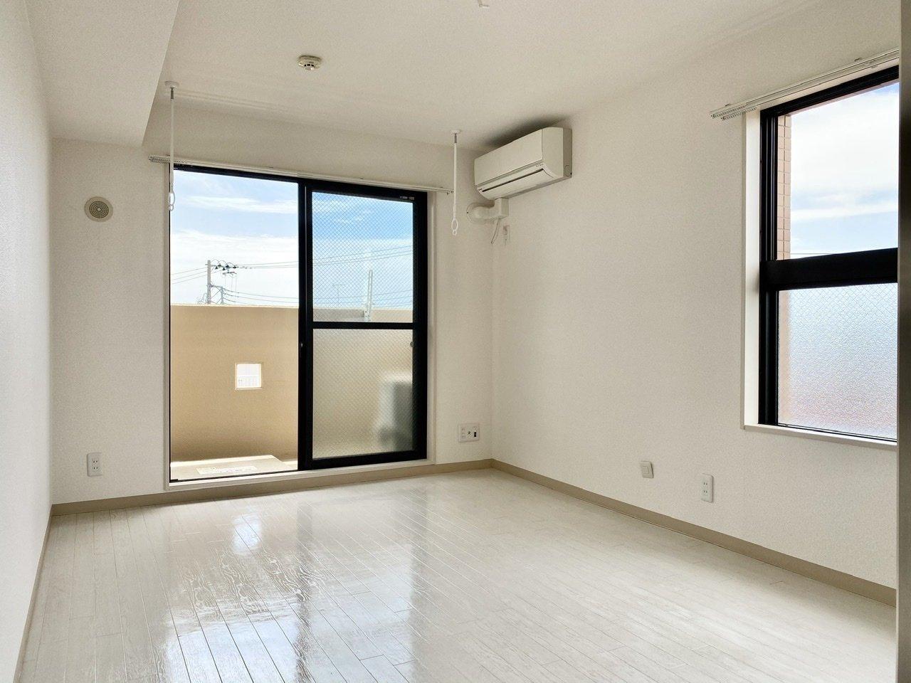 駅からの近さも魅力の1Kタイプのお部屋。フローリングも壁も白で統一されていて、清潔感があっていいですね。