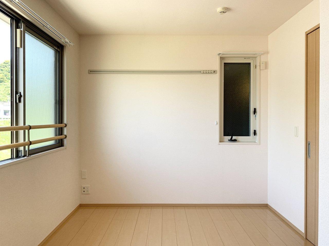 6畳の洋室は窓もあって開放的。窓際に2人分のワークデスクを置いて、仕事に集中しましょう。