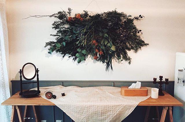 そして壁には、「部屋のシンボルになる何かがあった方が良い」と、地元の花屋さんにお願いして作ってもらったスワッグ。