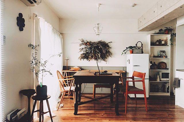 アンティークのダイニングテーブルは、天板をスライドして大きさを変えられるエクステンションテーブル。アーコールのウィンザーチェアと、シキファニチアの椅子を合わせています。