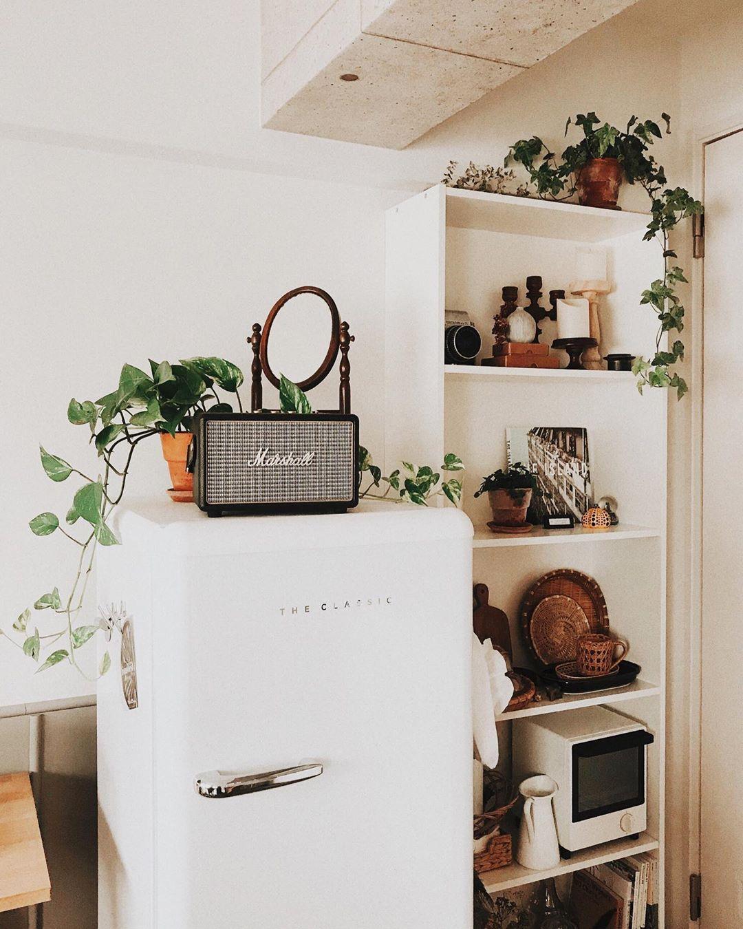 冷蔵庫の横に置いている棚はIKEAのBILLY。仕事をしているときのモチベーションが上がるように、必要な道具はきちんと揃えています。冷蔵庫に載っているのはマーシャルのBluetoothスピーカー。コーヒーを楽しむための器も充実。