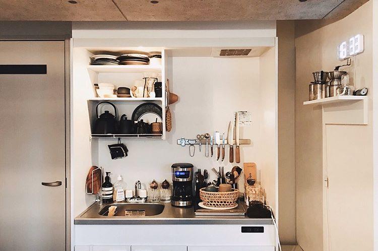 コーヒーを淹れたり、ランチを作ったりと活躍する、小さなキッチン。「物がぎっしりあるのが好き」とslumpさん。お気に入りのいろんなアイテムが集合するキッチンは目にも楽しいですね。