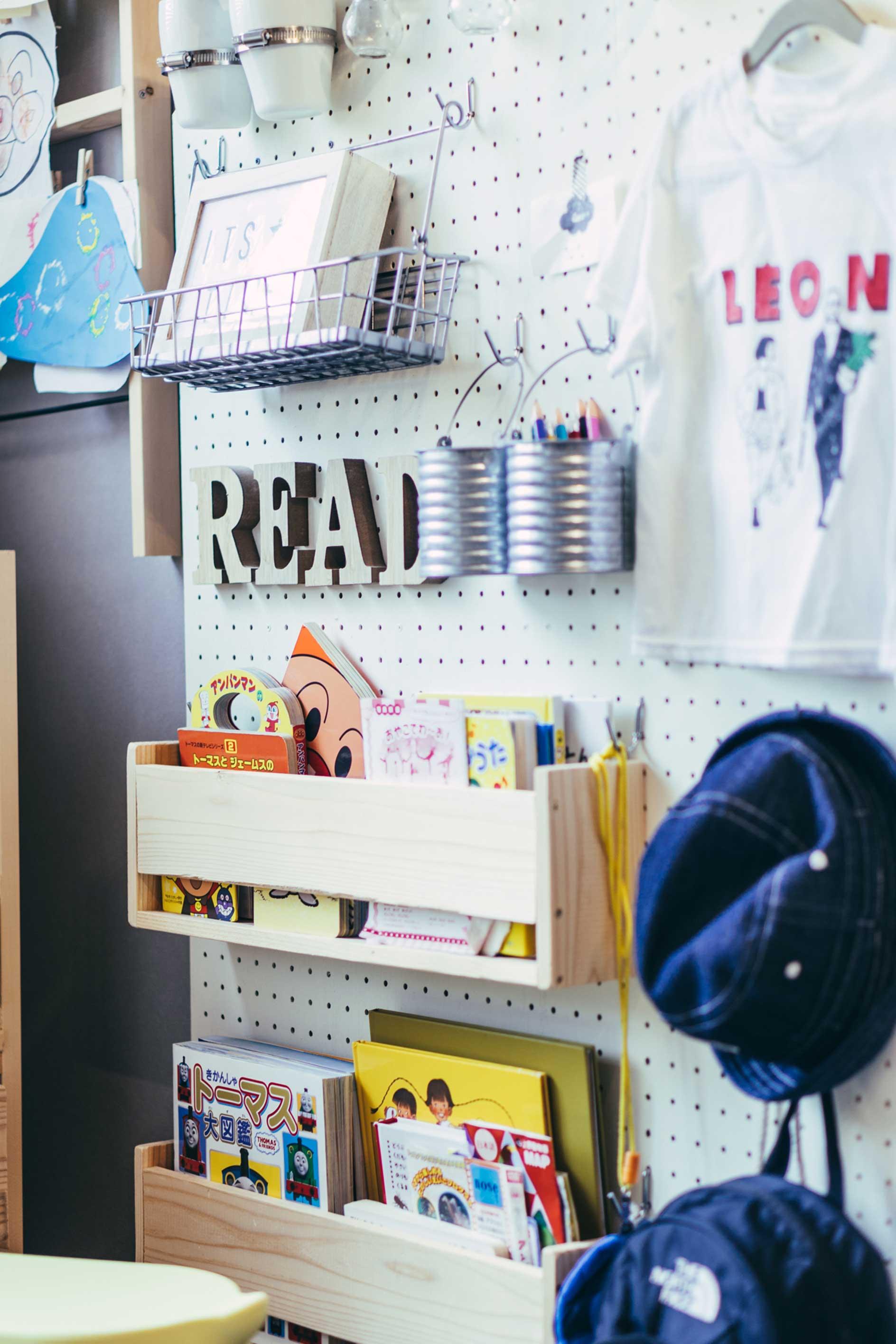帽子はここ、カバンはここ、絵本はここ。と、しまう場所をわかりやすく見せてあげれば、自分で楽しくお片づけができるかも。(このお部屋はこちら)