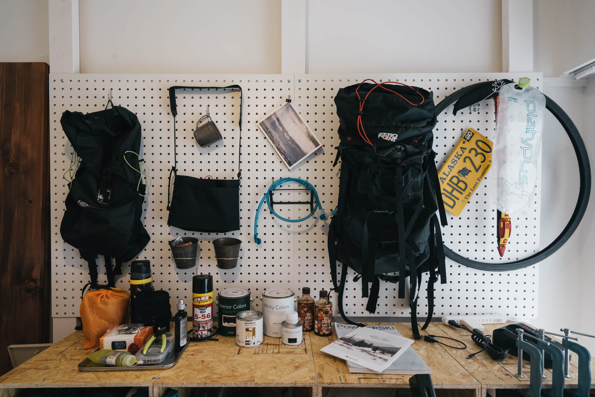 キャンプやサイクリングなどアウトドアが趣味の方。増え続けるギアノ収納にお困りなら、有孔ボードが便利。「あれ、どこに行ったっけ」を減らせます。(このお部屋はこちら)