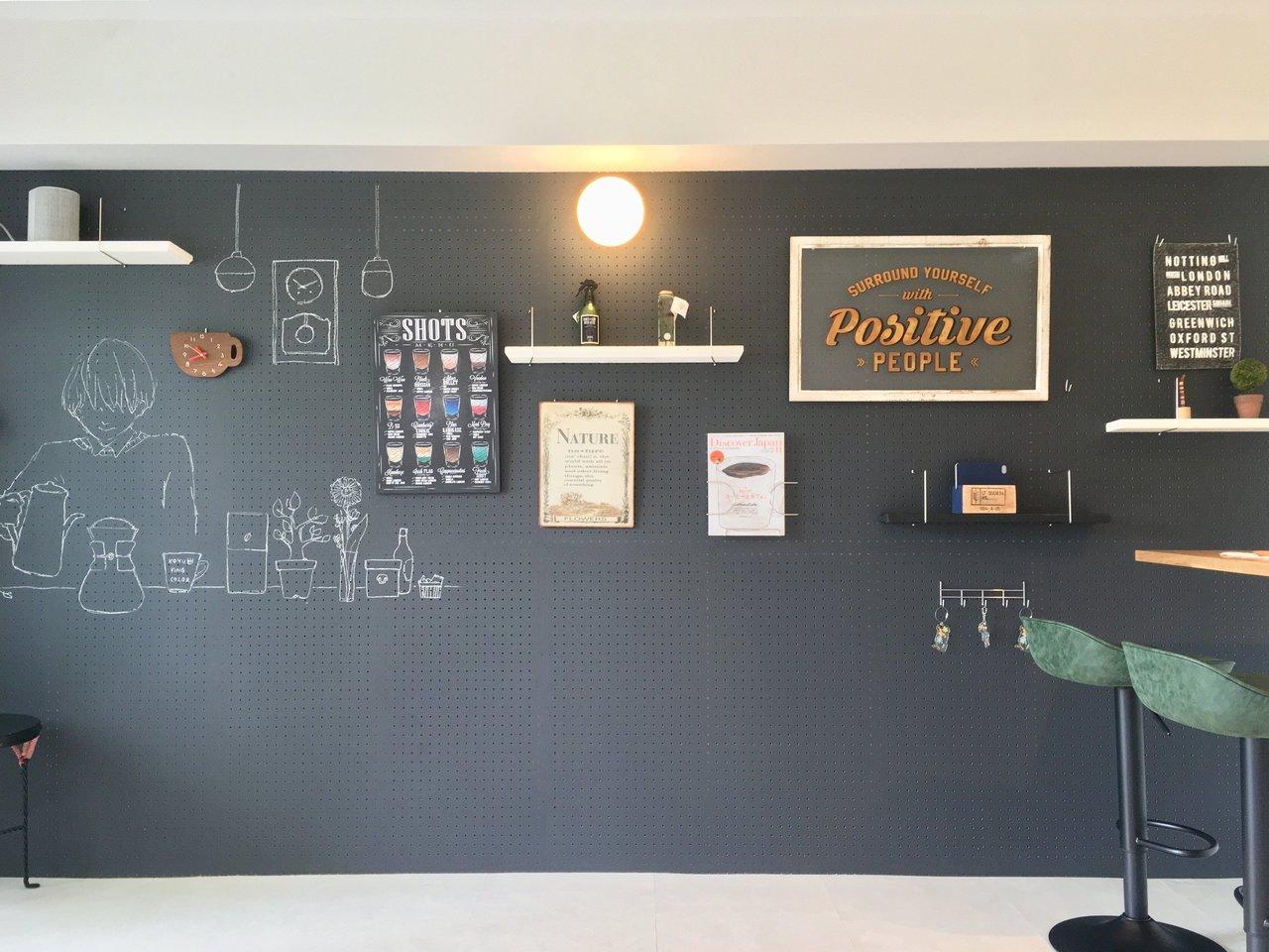 黒板ペイント&有孔ボードの組み合わせのお部屋。カフェみたいな雰囲気ですね。(このお部屋はこちら)